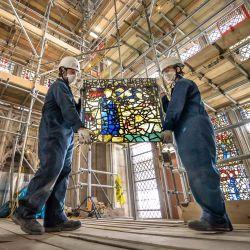Los empleados de York Glaziers Trust, Kieran Muir y Emily Price, retiran un panel de vidriera al comienzo de un nuevo proyecto de cinco años y cinco millones de libras para conservar el South East Transept de York Minster y su medieval St Cuthbert Window. El proyecto involucra importantes trabajos de conservación y restauración tanto de los elementos de vidrieras y piedra del Sureste Transept como de su ventana de 600 años de antigüedad, una de las ventanas narrativas más grandes del mundo. | Foto:Danny Lawson / PA Wire / DPA