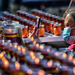 Malasia, Kuching: un miembro del Comité del Templo de la Sociedad Budista de Kuching toma fotografías de las velas fuera de los terrenos del templo durante las celebraciones del Día de Wesak, un festival que conmemora el nacimiento, la iluminación y la muerte de Gautama Buda. | Foto:Rushdan Manan / BERNAMA / DPA