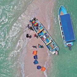 México, Isla Aguada: Los turistas se paran cerca de los barcos turísticos durante un viaje en Isla Aguada. | Foto:El Universal via ZUMA Wire / DPA