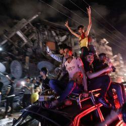 Los palestinos celebran el alto el fuego negociado por Egipto entre Israel y el movimiento islámico gobernante Hamas en la ciudad de Gaza. | Foto:Mahmud Hams / AFP