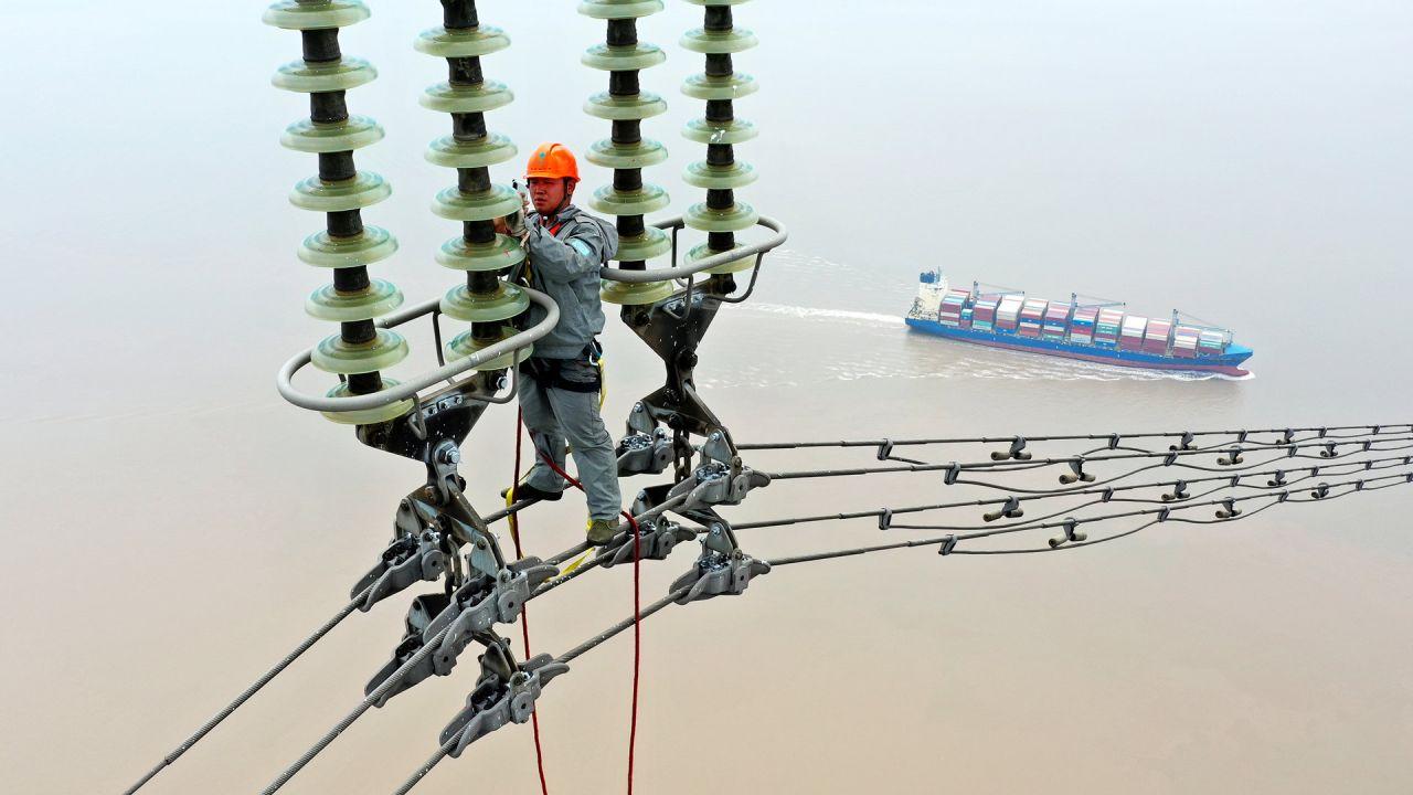 China, Zhoushan: un técnico en ingeniería eléctrica examina y repara la red eléctrica de las islas Zhoushan. | Foto:TPG vía ZUMA Press / DPA