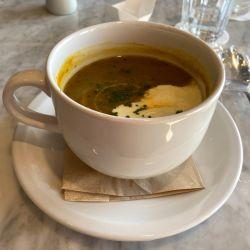 Hasta una humilde sopa de zapallo es deliciosa y reconfortante. Esta vez en el restaurante del céntrico hotel Hampton by Hilton.