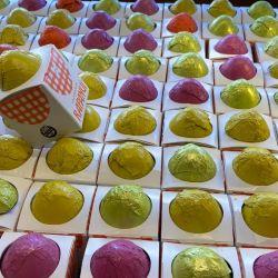Miles de huevos de pascua en los escaparates de Rapa Nui del centro de Bariloche.