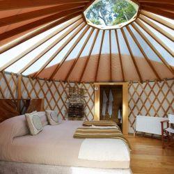 Las yurtas se montan en base a un entramado de listones de madera cruzados.