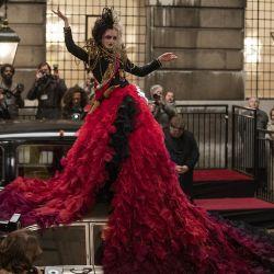 Un vestido que dará que hablar, con más de 5 mil pétalos de organza cosidos a mano.