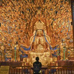 China: un visitante observa las tallas de piedra de la estatua de las mil manos Guishan Guanyin en la montaña Baoding.   Foto:Hu Yan / Sipa Asia / SIPA Asia a través de ZUMA Wire / DPA