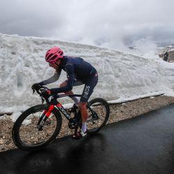 El ciclista colombiano del Team Ineos, Egan Bernal, corre en el último ascenso durante la decimosexta etapa de la carrera ciclista del Giro de Italia 2021, 153 km entre Sacile y Cortina d'Ampezzo.   Foto:Luca Bettini / AFP