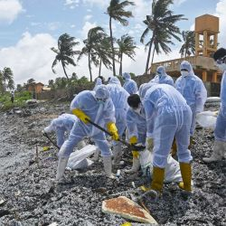 Soldados de la Armada de Sri Lanka trabajan para retirar los escombros arrastrados a la costa del buque portacontenedores MV X-Press Pearl registrado en Singapur, que ha estado ardiendo por octavo día consecutivo en el mar frente al puerto de Colombo de Sri Lanka, en una playa de Colombo.   Foto:Lakruwan Wanniarachchi / AFP