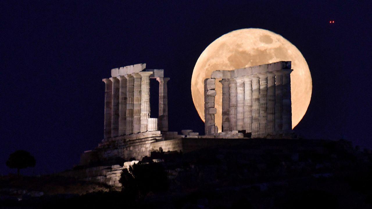 La flor de la luna llena se eleva detrás del Templo de Poseidón (Neptún) en el cabo Sunión, a unos 70 km al sur de Atenas.   Foto:Louisa Gouliamaki / AFP