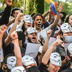 Artistas actúan durante una nueva protesta contra el gobierno del presidente colombiano Iván Duque, en Medellín, Colombia.   Foto:Joaquín Sarmiento / AFP