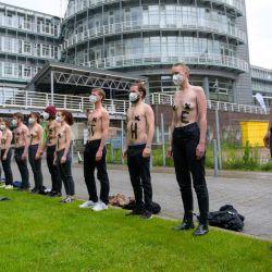 Hamburgo: Activistas de Extinction Rebellion se paran con eslóganes en sus torsos desnudos frente al edificio editorial Gruner + Jahr durante una protesta pidiendo una mejor información sobre la crisis climática en acciones descentralizadas bajo el eslogan    Foto:Jonas Walzberg / DPA