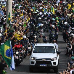 El presidente brasileño Jair Bolsonaro gesticula mientras encabeza un mitin de caravana con sus seguidores en Río de Janeiro, Brasil. - Bolsonaro encabezó una procesión de varios miles de motocicletas que marcharon por las calles de Río de Janeiro para un manifestación en su apoyo, provocando numerosas manifestaciones en medio de la pandemia. | Foto:ANDRE BORGES / AFP