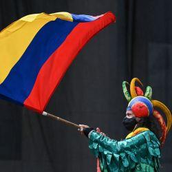 Un artista ondea una bandera colombiana durante una nueva protesta contra el gobierno del presidente colombiano Iván Duque en la plaza Bolívar de Bogotá.   Foto:Juan Barreto / AFP