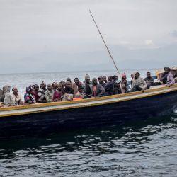 En la foto se ve a los residentes de Goma saliendo en un bote. - Las autoridades de Goma, en el este de la República Democrática del Congo , ordenaron este jueves por la mañana la evacuación de parte de la ciudad debido al riesgo de erupción del volcán Nyiragongo, provocando inmediatamente el éxodo de decenas de miles de personas.   Foto:Guerchom Ndebo / AFP