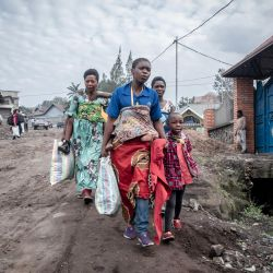 Los residentes de Goma llevan pocas pertenencias mientras se apresuran a abandonar la ciudad después de que se diera una orden de evacuación. - Las autoridades de Goma, en el este de la República Democrática del Congo, ordenaron la evacuación de parte de la ciudad por el riesgo de erupción del volcán Nyiragongo, provocando inmediatamente el éxodo de decenas de miles de personas.   Foto:Guerchom Ndebo / AFP