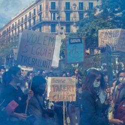 España, Barcelona: manifestantes sostienen pancartas en medio del humo azul durante la manifestación de trabajadores del banco español BBVA convocada por los sindicatos bancarios, frente a la sede de un banco para pedir una mejora en las condiciones de ERE (Expediente de regulación del empleo) y una reducción en el número por despidos. | Foto:Thiago Prudencio / DAX vía ZUMA Wire / DPA