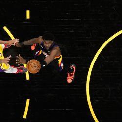 Anthony Davis de Los Angeles Lakers dispara sobre Deandre Ayton de Phoenix Suns durante el segundo juego de la serie de playoffs de primera ronda de la Conferencia Oeste en Phoenix Suns Arena en Phoenix, Arizona.   Foto:Christian Petersen / Getty Images / AFP