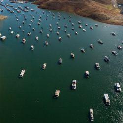 En esta imagen aérea, las casas flotantes están amarradas mientras la tierra seca está expuesta en las orillas del embalse del lago Oroville debido a los bajos niveles de agua durante la emergencia por sequía de California en Oroville, California.   Foto:Patrick T. Fallon / AFP