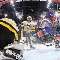 Mathew Barzal de los New York Islanders patina contra los Pittsburgh Penguins en el Juego Sexto de la Primera Ronda de los Playoffs de la Stanley Cup 2021 en el Nassau Coliseum en Uniondale, Nueva York. | Foto:Bruce Bennett / Getty Images / AFP