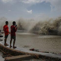 Los residentes toman fotografías de las olas azotando la costa después de que el ciclón Yaas azotara la costa este de la India en la Bahía de Bengala en Digha, a unos 190 km de Calcuta. | Foto:Dibyangshu Sarkar / AFP
