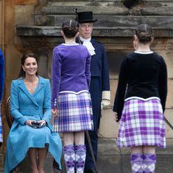 La británica Catherine, duquesa de Cambridge, observa a los bailarines de Highland actuar en el Palacio de Holyroodhouse en Edimburgo, Escocia.   Foto:Jane Barlow / POOL / AFP