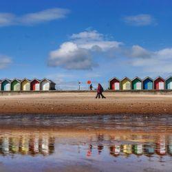 La gente camina por el paseo marítimo de Blyth en Northumberland.   Foto:Owen Humphreys / PA Wire / DPA