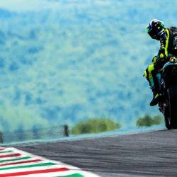 El piloto italiano de Petronas Yamaha SRT, Valentino Rossirides, durante una sesión de entrenamientos libres para el Gran Premio de Italia de Moto GP en la pista de Mugello en Scarperia.   Foto:Tiziana Fabi / AFP