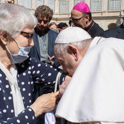 Esta foto muestra al Papa Francisco besando el tatuaje de la reclusa del campo de concentración de Lidia Maksymowicsz, una sobreviviente polaco-bielorrusa del Holocausto del campo de Auschwitz-Birkenau.   Foto:Handout / VATICAN MEDIA / AFP