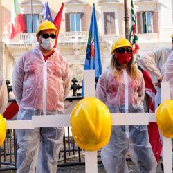 Italia, Roma: Trabajadores de la construcción cuelgan cascos durante una manifestación frente a la Cámara de Diputados de trabajadores de la construcción de las confederaciones sindicales en memoria de las víctimas en el trabajo.   Foto:Mauro Scrobogna / LaPresse vía ZUMA Press / DPA
