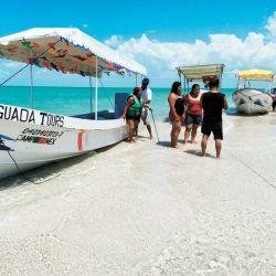 Turistas se paran cerca de botes turísticos durante un viaje en Isla Aguada.   Foto:El Universal via ZUMA Wire / DPA