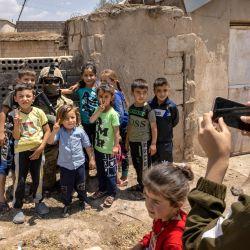 Niños kurdos posan para selfies con un soldado del ejército de Estados Unidos que patrulla cerca de la frontera turca en el noreste de Siria.   Foto:John Moore / Getty Images / AFP