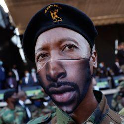 Un miembro de la Asociación de Veteranos Militares se encuentra junto al escenario momentos antes de que el ex presidente sudafricano Jacob Zuma se dirigiera a sus partidarios tras el aplazamiento de su juicio por corrupción frente al Tribunal Superior de Pietermaritzburg en Pietermaritzburg, Sudáfrica.   Foto:Phill Magakoe / AFP