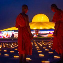 Tailandia, Patum Thani: los monjes budistas encienden velas en el suelo del templo budista Wat Dhammakaya para conmemorar la fiesta budista Visakha Bucha, también conocida como el día de Vesak. Visakha Bucha celebra el nacimiento, la iluminación y la muerte del Buda Siddhartha Gautama. | Foto:Adryel Talamantes / ZUMA Wire / DPA