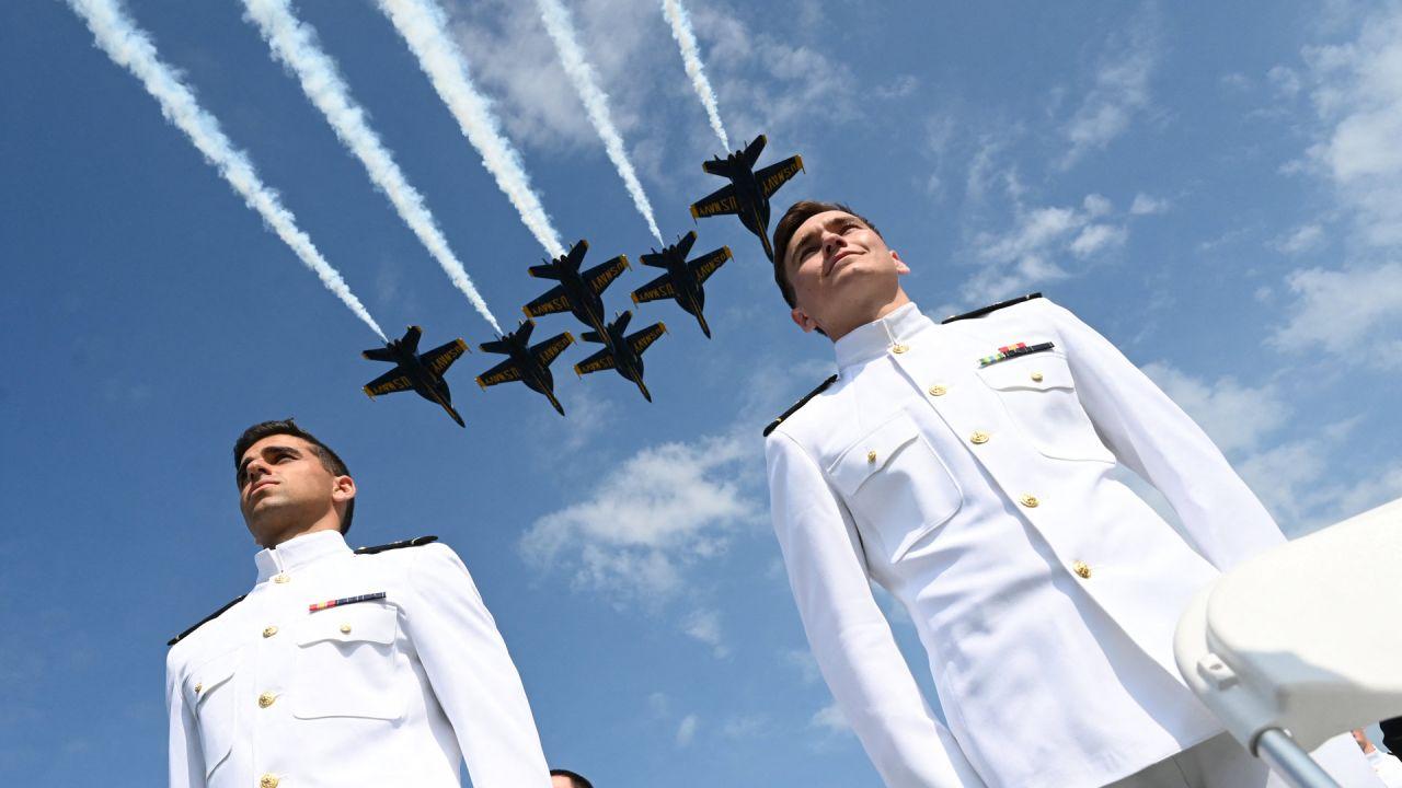 Los Navy Blue Angels de los EE. UU. realizan un paso elevado sobre los guardiamarinas de la Academia Naval de los EE. UU. durante su ceremonia de graduación en Annapolis, Maryland. | Foto:Jim Watson / AFP
