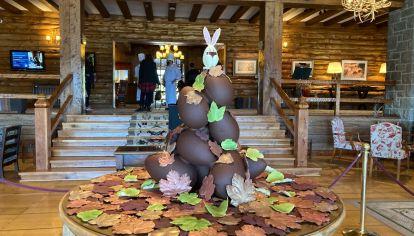 La torre de huevos de Pascua del Llao Llao que luego los chefs rompen y comparten con los huéspedes.