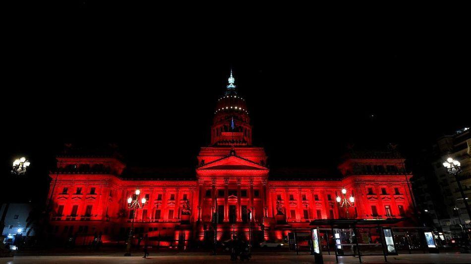 El Congreso, iluminado de rojo en el marco del Día Mundial de la Higiene Menstrual.