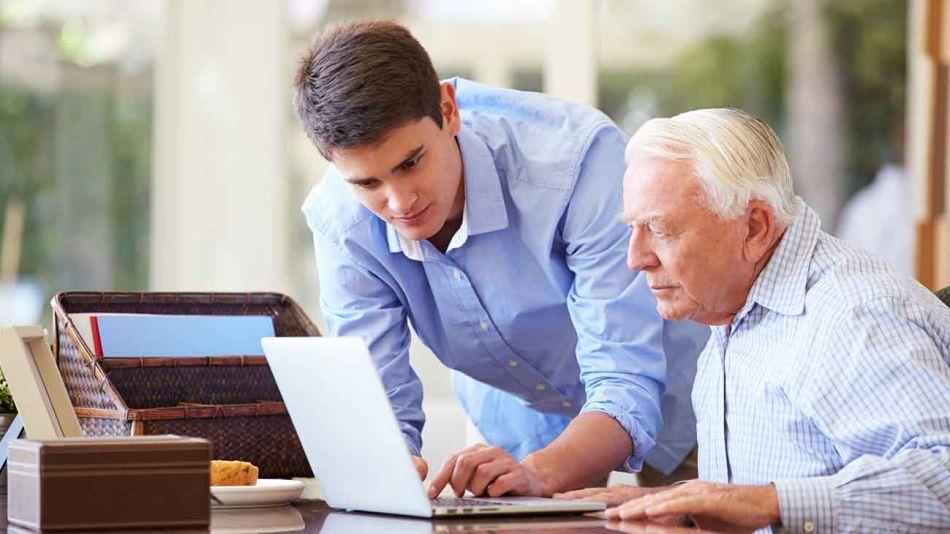 joven trabajando con un adulto 20210528