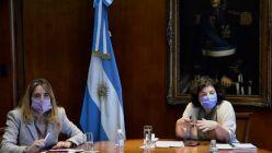 Carla Vizzotti con la funcionaria Cecilia Nicolini y vacuna  Soberana02
