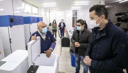 ANUNCIO. El vicegobernador Manuel Calvo junto al ministro Diego Cardozo recorrieron vacunatorios.