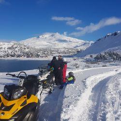 En moto de nieve hacia el volcán Copahue en Neuquén.