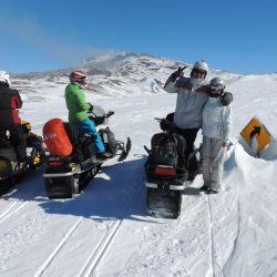Excursión al volcán Copahue en moto de nieve, saliendo de Caviahue.