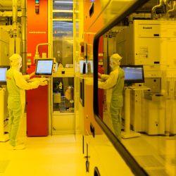 Un empleado del fabricante de semiconductores Bosch trabaja en una sala limpia durante los preparativos para la producción en serie de chips semiconductores en innovadoras obleas de 300 milímetros en Dresde, Alemania oriental.   Foto:Jens Schlueter / AFP