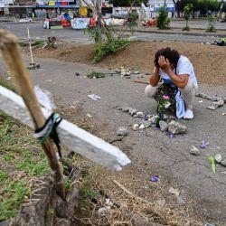 Una mujer lamenta la muerte de manifestantes durante las protestas contra el gobierno del presidente colombiano Iván Duque, en Cali, Colombia.   Foto:Luis Robayo / AFP