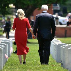 El presidente de los Estados Unidos, Joe Biden, y la primera dama Jill Biden regresan a su vehículo, después de la 153a celebración del Día Nacional de los Caídos en el Cementerio Nacional de Arlington en el Día de los Caídos en Arlington, Virginia,   Foto:Mandel Ngan / AFP