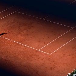 La alemana Laura Siegemund le entrega el balón a la francesa Caroline García durante el partido de tenis femenino individual de la primera ronda del día 2 del torneo de tenis del Abierto de Francia de Roland Garros 2021 en París.   Foto:Martin Bureau / AFP