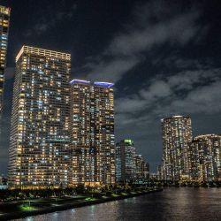 Los edificios residenciales se ven al anochecer en el área de la Bahía de Tokio.   Foto:Charly Triballeau / AFP