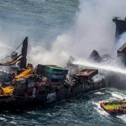 Esta fotografía muestra humo saliendo del buque portacontenedores registrado en Singapur, que ha estado ardiendo por undécimo día consecutivo mientras los barcos intentan apagar el fuego frente al puerto de Colombo en Sri Lanka.   Foto:Sri Lanka Air Force / AFP