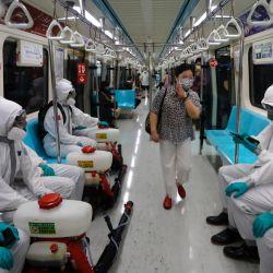 Taiwán, Taipei: Oficiales militares con trajes protectores desinfectan las áreas públicas y el transporte en Taipei, luego de un aumento dramático de casos domésticos que ponen en peligro los sistemas médicos en Taiwán.   Foto:Daniel Ceng Shou-Yi / ZUMA Wire / DPA