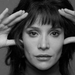La actriz chilena Daniela Ramírez en la piel de una joven Isabel Allende.