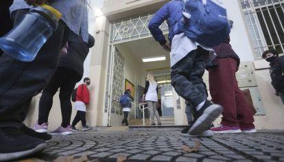 """Alumnos de la escuela Escuela Nº9 D.E.9 """"Juan Crisóstomo Lafinur"""" en el barrio porteño de Palermo ingresan esta mañana al retomar las clases presenciales."""